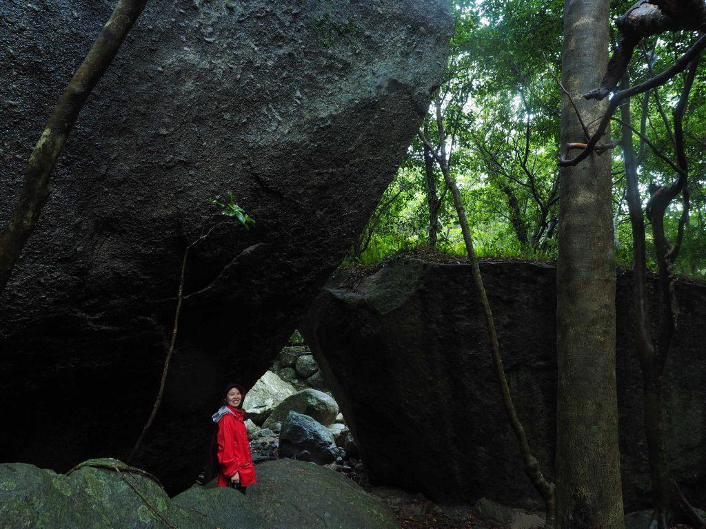 西部林道の巨石とともに
