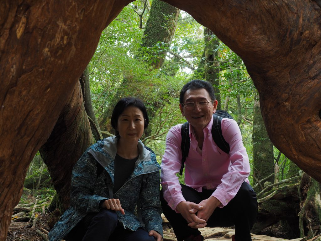 白谷雲水峡のくぐり杉で記念写真