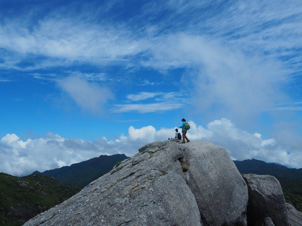 黒味岳山頂の大岩