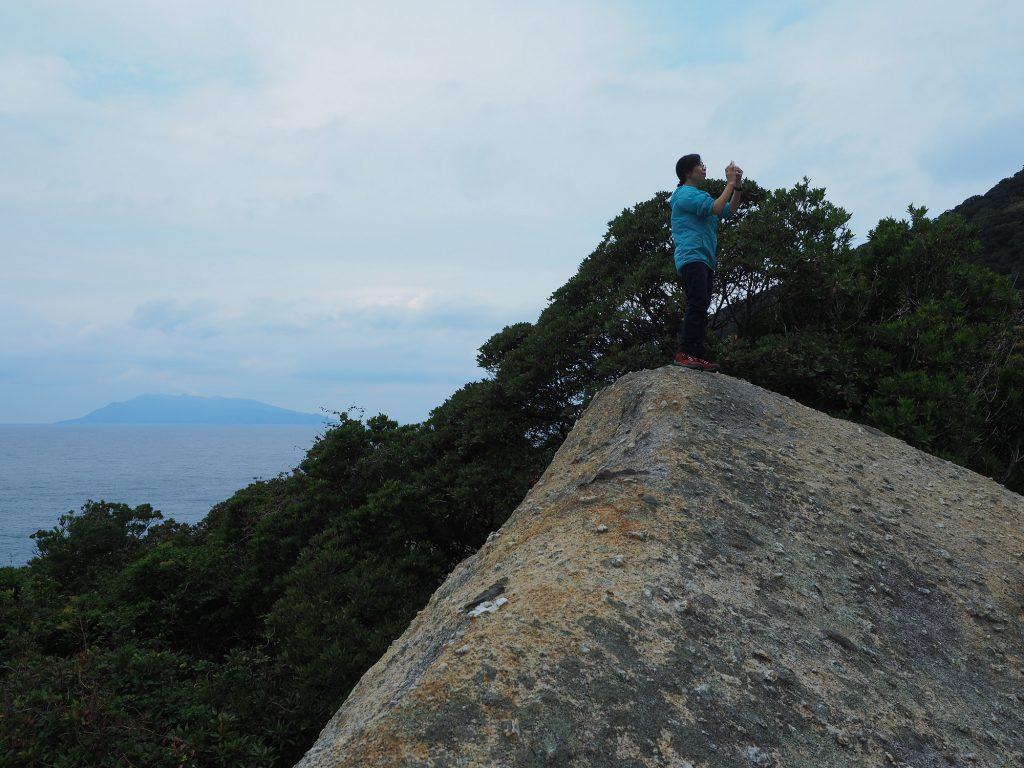 大岩に登って照葉樹の森を眺める