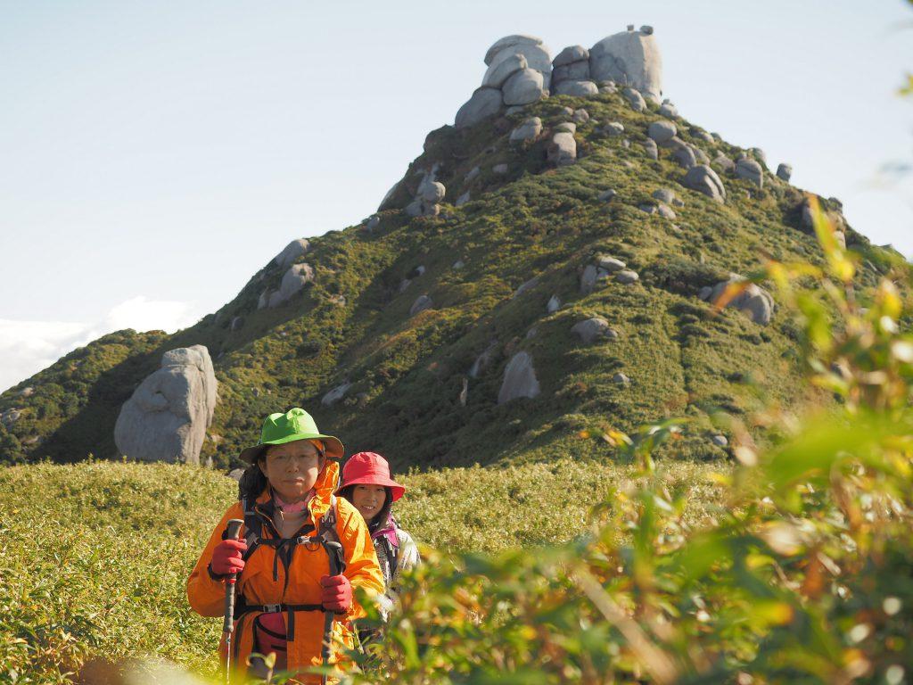 翁岳をバックに記念撮影